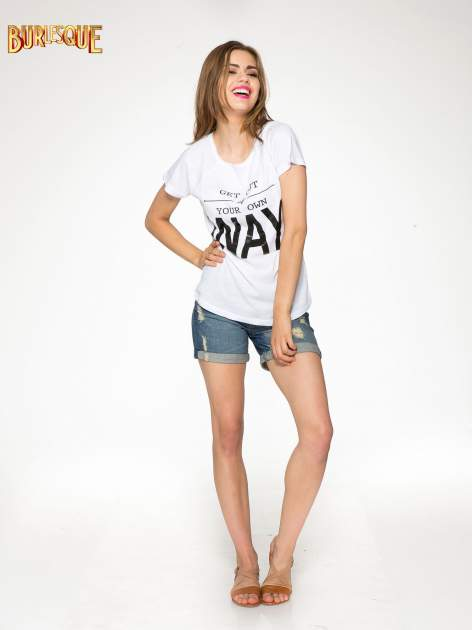 Biały t-shirt z napisem GET OUT OF YOUR OWN WAY                                  zdj.                                  2