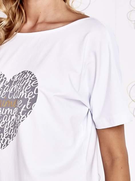 Biały t-shirt z napisem JE T'AIME i dekoltem na plecach                                  zdj.                                  5
