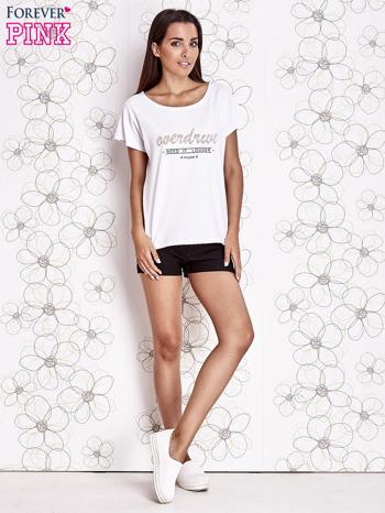 Biały t-shirt z napisem NEED IT LOUDER                                  zdj.                                  4