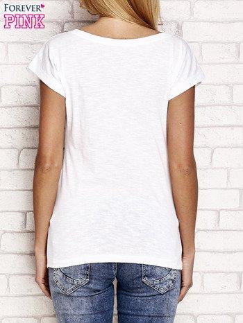 Biały t-shirt z napisem OUTSIDER                                  zdj.                                  3
