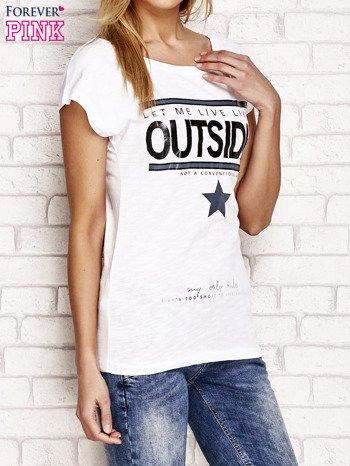 Biały t-shirt z napisem OUTSIDER                                  zdj.                                  4