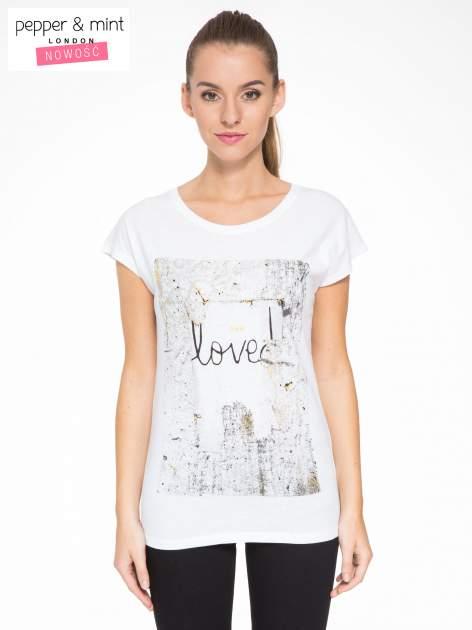 Biały t-shirt z napisem SHE LOVED