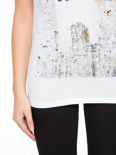 Biały t-shirt z napisem SHE LOVED                                  zdj.                                  7
