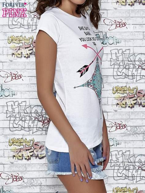 Biały t-shirt z napisem SHE SAYS BABE YOU LOOK SO COOL XX                                  zdj.                                  3