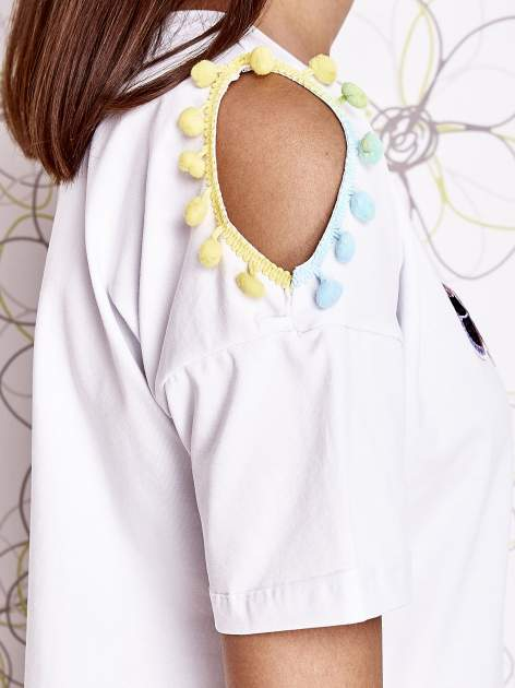 Biały t-shirt z naszywką motyla i pomponami                                  zdj.                                  5