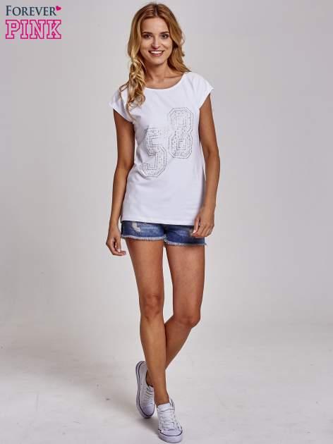 Biały t-shirt z numerem 58 z dżetów                                  zdj.                                  2