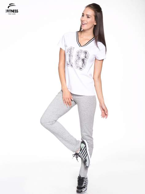 Biały t-shirt z numerem i sportową lamówką w stylu college                                  zdj.                                  5