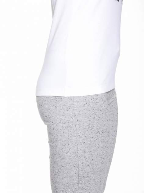 Biały t-shirt z numerem i sportową lamówką w stylu college                                  zdj.                                  8