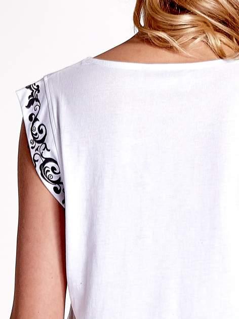 Biały t-shirt z ornamentem na rękawach                                  zdj.                                  5