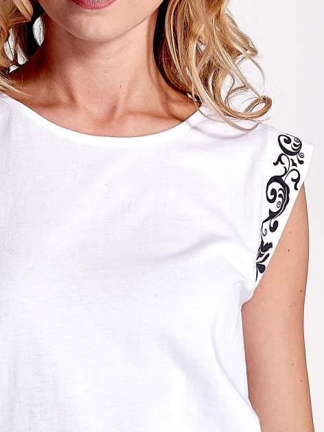 Biały t-shirt z ornamentem na rękawach                                  zdj.                                  6