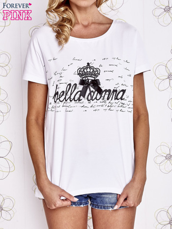 Biały t-shirt z ozdobnym napisem i kokardą                                  zdj.                                  1