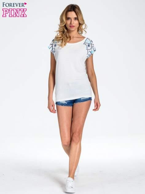 Biały t-shirt z rękawkami w motyw etno                                  zdj.                                  2