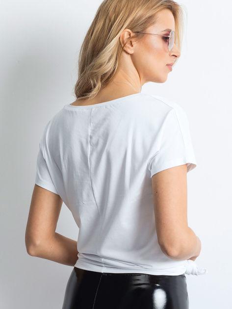Biały t-shirt z roślinnym motywem i perełkami                              zdj.                              2