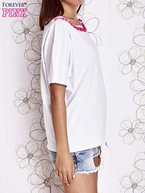 Biały t-shirt z różowymi pomponikami przy dekolcie                                  zdj.                                  3