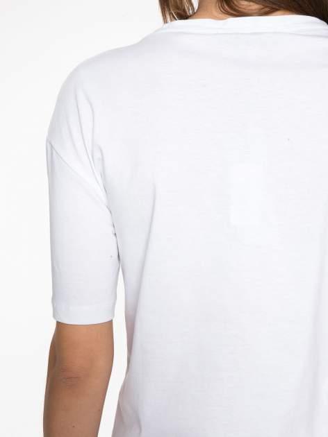 Biały t-shirt z tekstowym nadrukiem i znakami chińskimi                                  zdj.                                  11