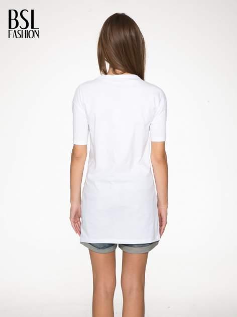 Biały t-shirt z tekstowym nadrukiem i znakami chińskimi                                  zdj.                                  4