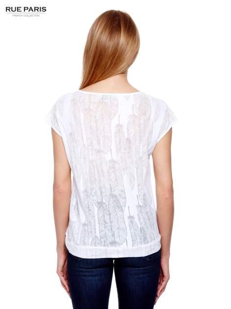 Biały t-shirt z transparentnym nadrukiem piór                                  zdj.                                  4
