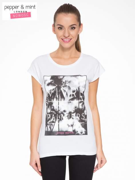 Biały t-shirt z tropikalnym nadrukiem                                  zdj.                                  1