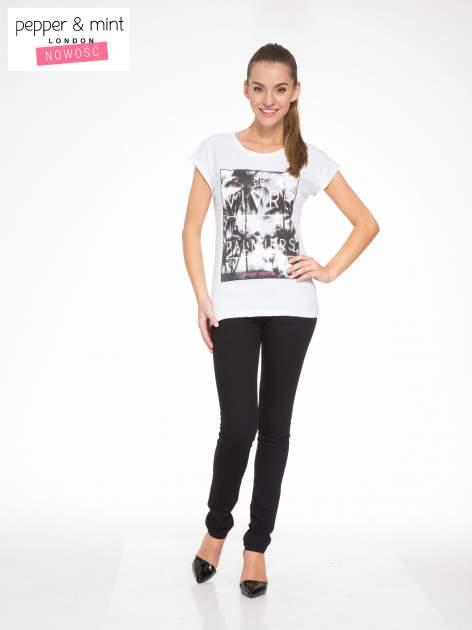 Biały t-shirt z tropikalnym nadrukiem                                  zdj.                                  5