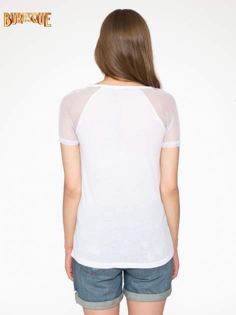 Biały t-shirt z ustami z cekinów i rękawami z siateczki                                  zdj.                                  4