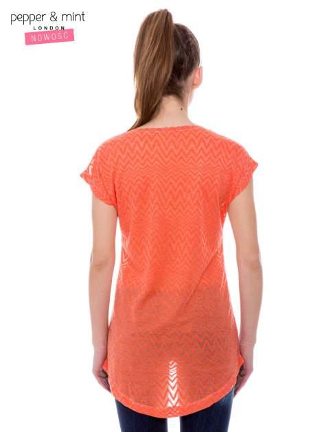 Biały t-shirt z wydłużanym tyłem w pomarańczowym kolorze                                  zdj.                                  3