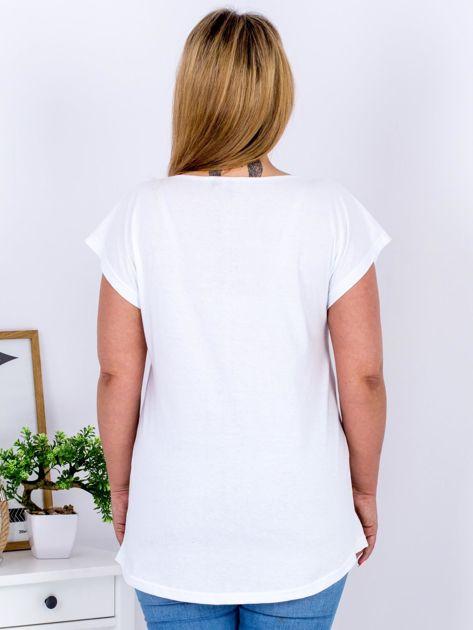 Biały t-shirt z żonkilami PLUS SIZE                              zdj.                              2