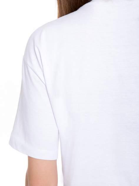 Biały t-shirt ze złotą grafiką                                  zdj.                                  10