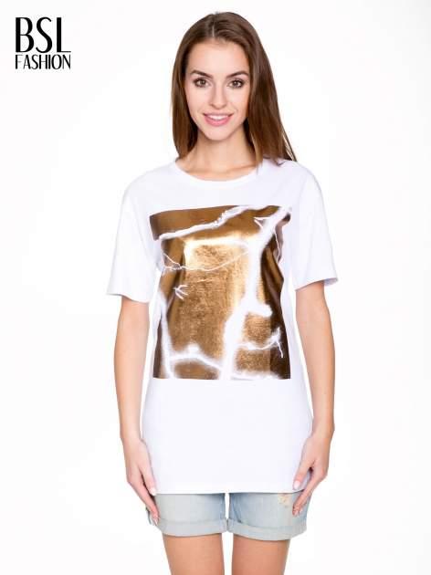 Biały t-shirt ze złotą grafiką                                  zdj.                                  1