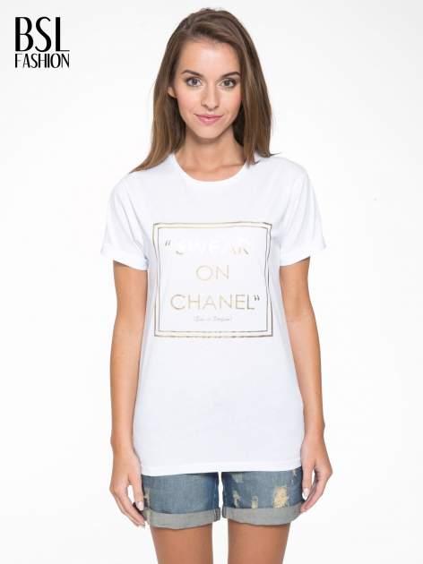 Biały t-shirt ze złotym napisem SWEAR ON CHANEL