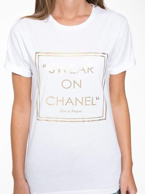 Biały t-shirt ze złotym napisem SWEAR ON CHANEL                                  zdj.                                  7