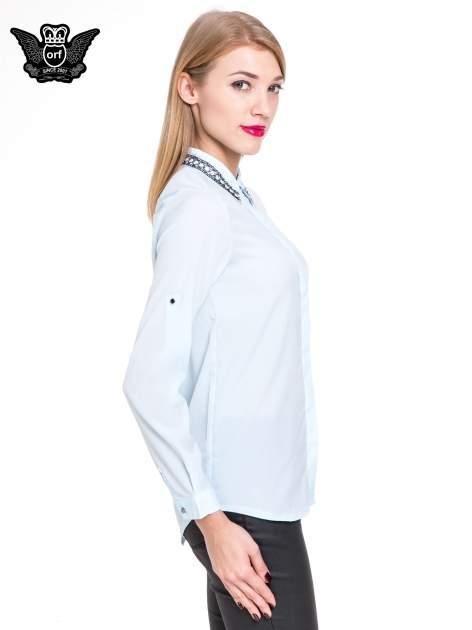 Błękitna elegancka koszula z łańcuszkami na kołnierzyku                              zdj.                              3