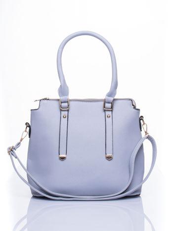 Błękitna torba na ramię z ozdobnymi detalami