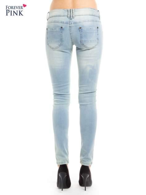 Błękitne jeansy biodrówki na dwa guziki                                  zdj.                                  3