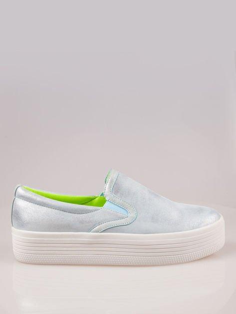 Błękitne metaliczne buty slip on na grubej podeszwie