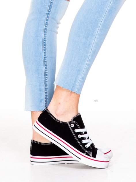 Błękitne spodnie jeansowe rurki z rozdarciam na kolanach                                  zdj.                                  7