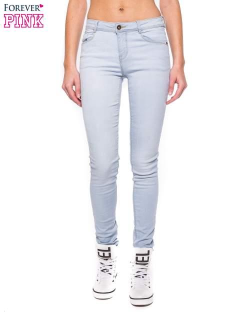 Błękitne spodnie jeansowe skinny fit