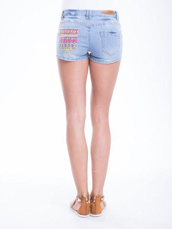 Błękitne szorty jeansowe z azteckim wzorem                                  zdj.                                  4