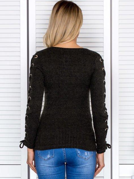 Bluzka damska w prążek ze sznurowanymi rękawami khaki                              zdj.                              3
