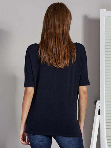 Bluzka damska z lejącym dekoltem granatowa                              zdj.                              2