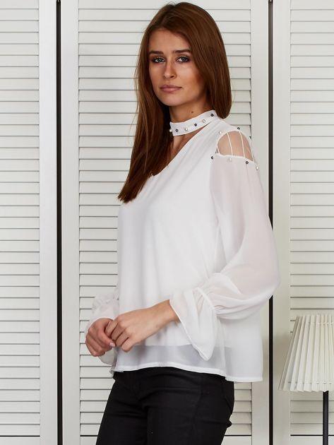 Bluzka szyfonowa z chokerem i perełkami biała                              zdj.                              3