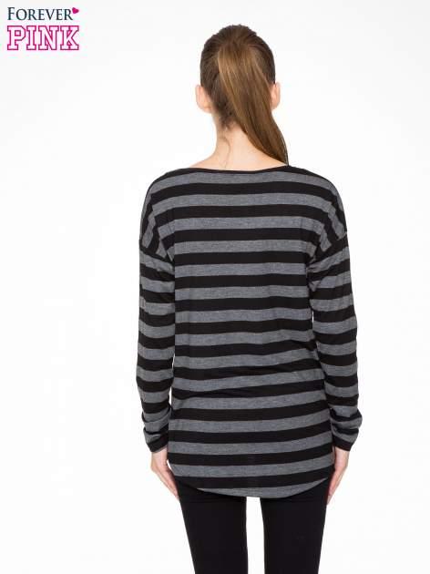 Bluzka w szaro-czarne paski z obniżoną linią ramion                                  zdj.                                  4