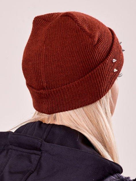 Burgundowa czapka z kolcami na mankiecie                              zdj.                              3