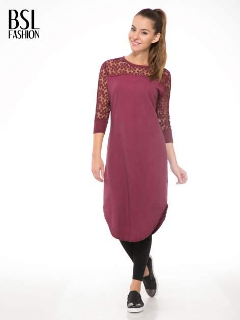 Bordowa dresowa sukienka z koronkowym karczkiem                                  zdj.                                  2