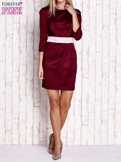 Bordowa elegancka sukienka z satyny z drapowaniem                                  zdj.                                  2