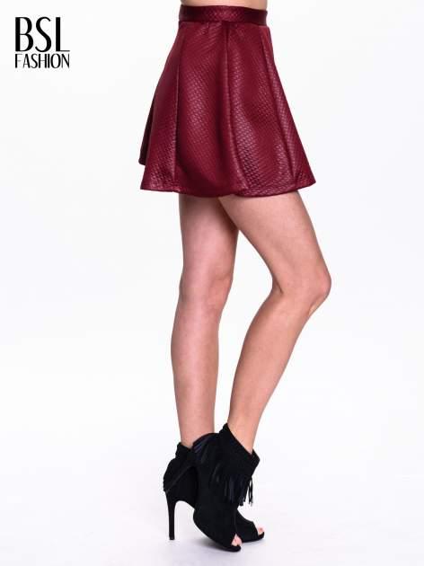 Bordowa pikowana spódnica mini ze skóry                                  zdj.                                  3