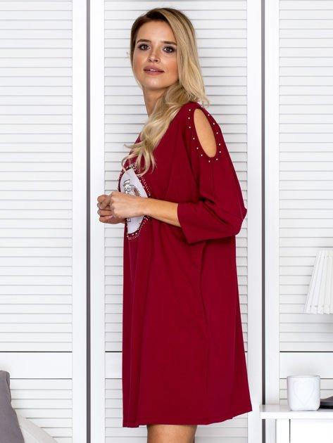 Bordowa sukienka damska oversize z perełkami i okrągłą naszywką                              zdj.                              5