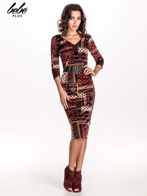 Bordowa sukienka midi w patchworkowy wzór ze skórzaną wstawką                                  zdj.                                  3