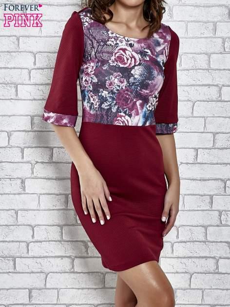 Bordowa sukienka z kwiatową aplikacją