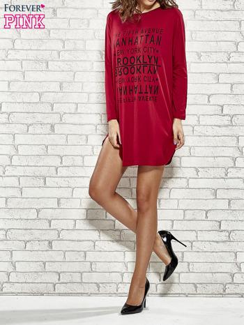 Bordowa sukienka z napisem NEW YORK CITY                                  zdj.                                  2