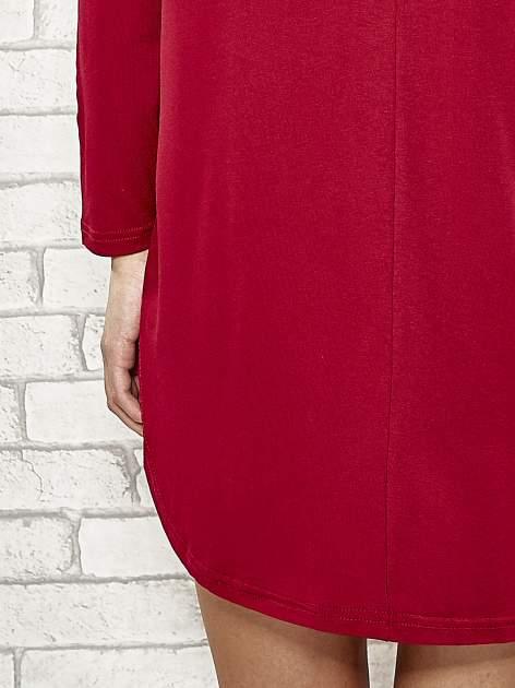 Bordowa sukienka ze złotym napisem UNIQUE                                  zdj.                                  6